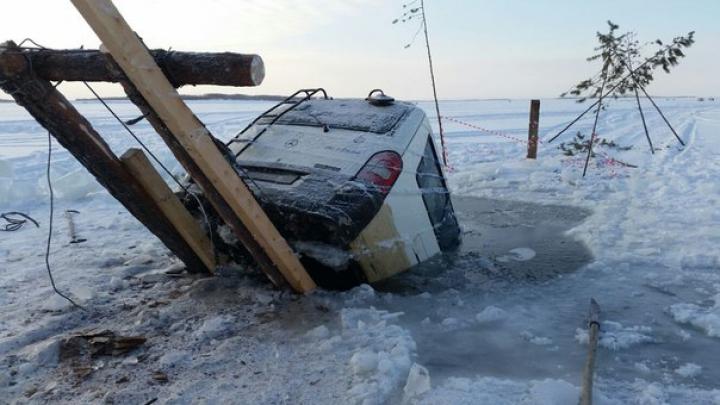 На Байкале машина с пассажирами провалилась под лед