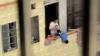 Пьяная женщина свесила ребенка с балкона пятого этажа