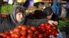 На столичных рынках подготовка к Рождеству продолжается, несмотря на непогоду