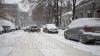Водители вынуждены оставлять авто на дорогах из-за нерасчищенных парковок