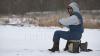На замёрзших озёрах можно увидеть много любителей подлёдной рыбалки