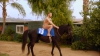 Конор Макгрегор прокатился голым на лошади ради рекламы