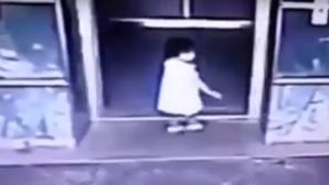 Мать ударом ноги спасла дочь от захлопывающихся дверей лифта