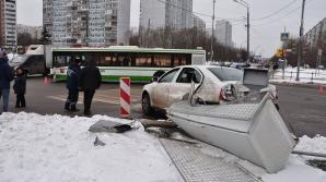 На севере Москвы автомобиль врезался в автобус и сбил пешеходов