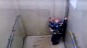 Камеры сняли, как малыш, забытый воспитателями в лифте, пытался дотянуться до кнопки вызова