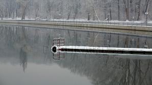 Выходить на лед, тоньше десяти сантиметров, не рекомендуется