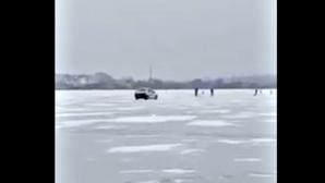 В Гидигиче таксист выехал на замёрзшее озеро: видео