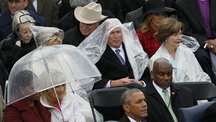 Битва Буша с дождевиком на инаугурации Трампа вызвала волну шуток
