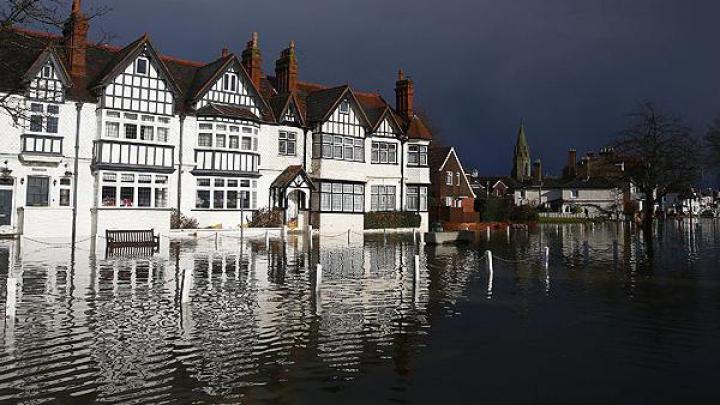 На востоке Англии сильный ветер и волны спровоцировали наводнение
