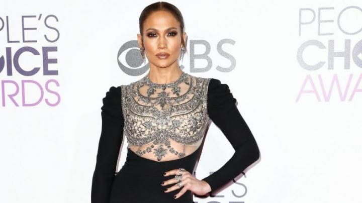 У Дженнифер Лопес порвалось платье на People's Choice Awards
