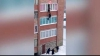 Видео: жители Башкирии поймали ковром выпавшего с балкона мужчину