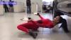 Видео: Девушка-змея станцевала с подносами под днищем автомобиля