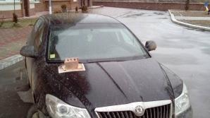 Булыжником по капоту: в столице нашли способ бороться с неправильно припаркованными авто