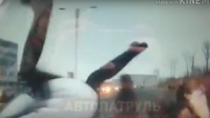 Видео 18+: Во Владивостоке автолюбительница сбила группу пешеходов