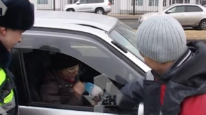 Видео: автоледи рассмеялась после того, как протаранила толпу во Владивостоке