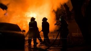 Мощный пожар на Рышкановке: пламя перекидывается на соседние дома