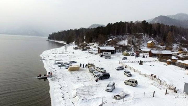 Крушение вертолёта на Алтае: в озере нашли фрагменты двигателя разбившегося вертолета