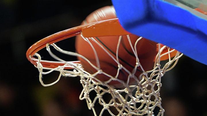 Футболист забросил баскетбольный мяч в корзину с центра площадки ногой: видео