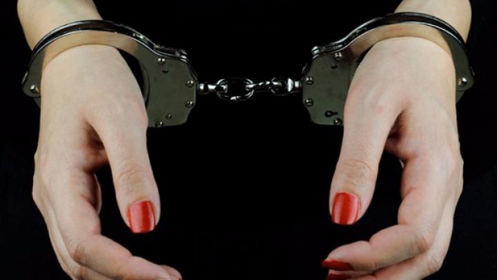 В прикарпатському містечку, у жінки біля обмінника викрали значну суму грошей. На місці працює поліція і обшукує підозрюваних жінок (відеофакт)