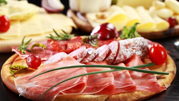 Четверть россиян признались в экономии на колбасе и сыре