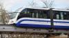 Пассажирам московского поезда пришлось идти по путям на 6-метровой высоте: видео