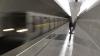 Прыгнувший на рельсы метро москвич попал в защитный желоб и выжил