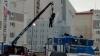 Такое только в России: кран поднял рабочего за шкирку для установки флага
