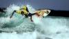Трое серфингистов прокатились по волнам при температуре около 0
