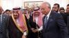 Саудовский король раздал индонезийским чиновникам золотые сабли и бриллианты