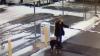 Удар по лицу: женщина поплатилась за невнимательность во время прогулк
