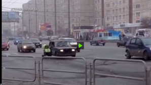 В Челябинске детские коляски катают по шоссе, не выходя из машины