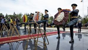 Первые лица страны возложили цветы к памятнику Скорбящей матери