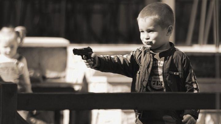 Брат выстрелил из пистолета в свою трёхлетнюю сестру во время игры