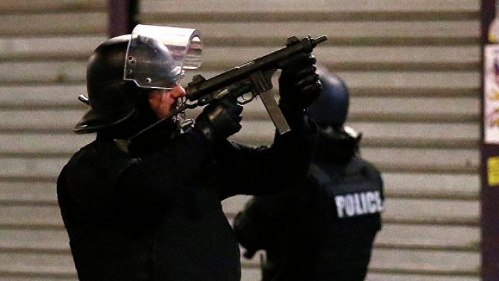 На севере Парижа неизвестный открыл огонь по полицейским