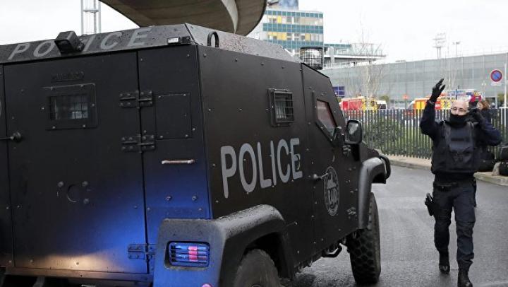 Полиция задержала отца и брата напавшего на военного в аэропорту Парижа мужчины