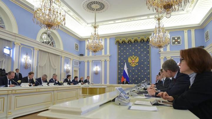 Медведев — опоздавшему министру: Будильник себе ставьте в разные места