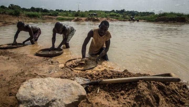 Пастор из Сьерра-Леоне нашел алмаз в 700 карат