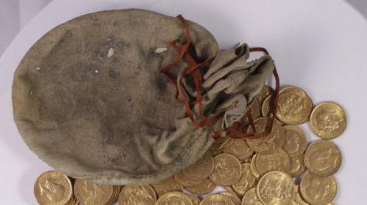 В сломанном пианино нашли десятки старинных золотых монет