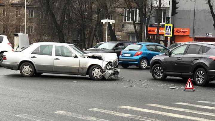 На Чеканах столкнулись два автомобиля