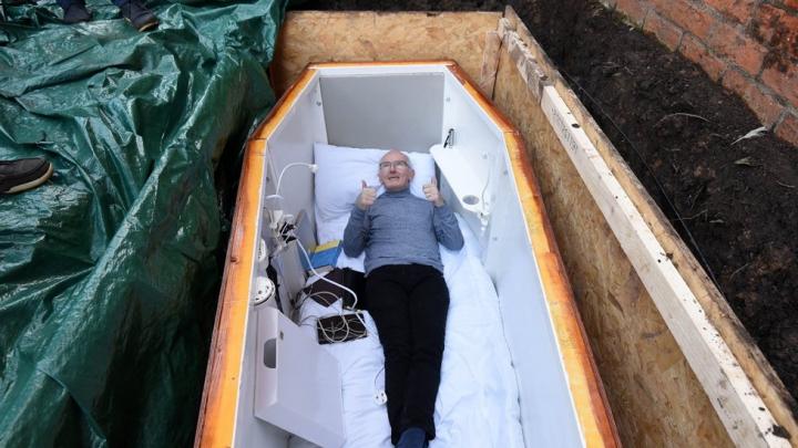 Ирландский пенсионер переехал в гроб с Wi-Fi ради спасения наркоманов