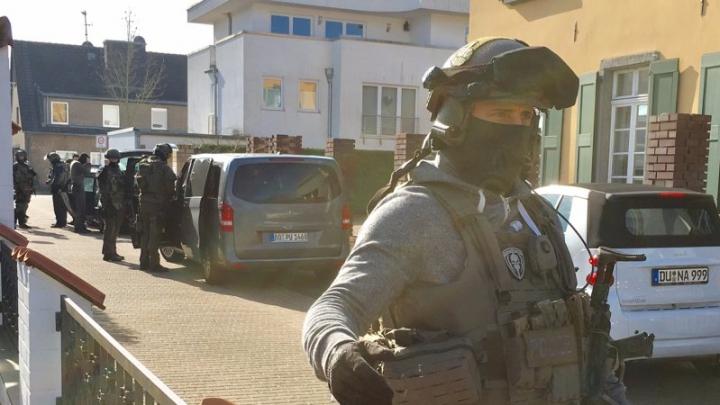 В Германии неизвестный захватил заложников в банке