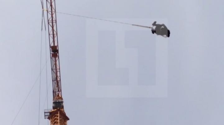 В Москве неизвестные устроили прыжки с вышки крана
