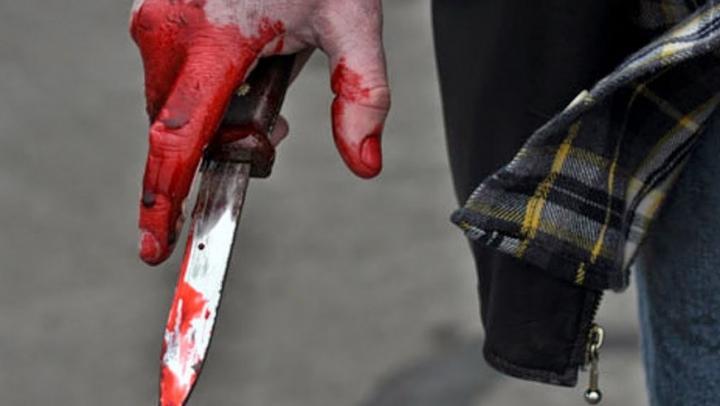 Мужчина с ножом напал на полицейского в центре Москвы