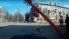 Человек из Кемерова поправил светофор и уронил его на проезжую часть