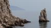 Видео: Любителей селфи смыло на берегу со скалы