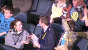 Девушка сделала предложение парню на хоккейном матче в США