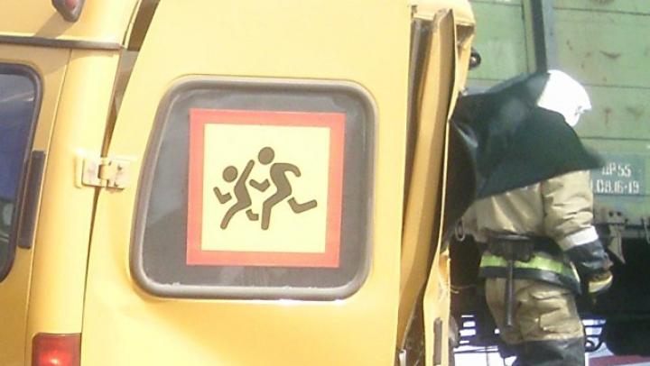 Умер водитель школьного автобуса, столкнувшегося с поездом под Омском