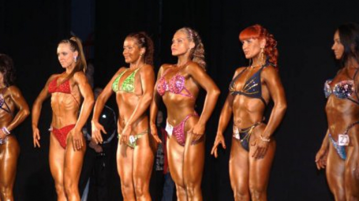 Страдавшая анорексией британка победила на конкурсе по бодибилдингу