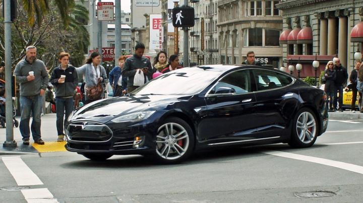 Tesla отзовет 53 тысячи своих авто из-за проблем с тормозом