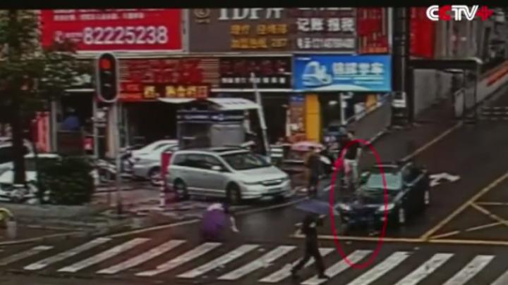 Видео: В Китае вор по ошибке прибежал с добычей к полицейскому участку